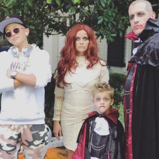 Reese Witherspoon z rodziną jako mumie i wampiry