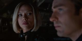 Fani zwracają uwagę na to, że inny kolor włosów Czarnej Wdowy i brak brody u Capa niekoniecznie są przypadkowe - pojawiają się nawet głosy, że z nieznanych na razie powodów Marvel mógł cyfrowo zmienić barwę fryzury bohaterki