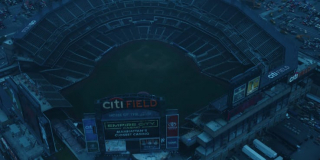 Zwraca się uwagę na to, jak poniższe ujęcie mogło spotęgować odbiór spotu wśród oglądających Super Bowl - widzimy tu opuszczony stadion Citi Field, na którym swoje mecze rozgrywa baseballowa drużyna New York Mets
