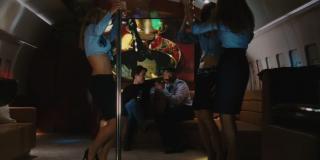 Tony Stark i tańczące na pokładzie samolotu striptizerki