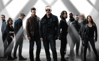 """2013 – nadal: Rozgrywa się akcja serialu """"Agenci T.A.R.C.Z.Y."""". Coulson wraca do życia przy pomocy technologii Kree. S.H.I.E.L.D. oficjalnie nie istnieje, jednak w rzeczywistości działa po prostu w jeszcze większej konspiracji."""