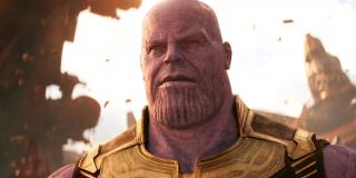"""Uwaga Rhodesa o zabiciu małego Thanosa to nawiązanie tak do komiksów, w których dysponujący mocą kosmicznego Ghost Ridera Frank Castle przenosi się w czasie, by uprowadzić Szalonego Tytana po jego narodzinach i go następnie wychować. Przypomnijmy, że w ramach sceny po napisach filmu """"Deadpool 2"""" twórcy chcieli pokazać Pyskatego Najemnika docierającego do małego Hitlera."""