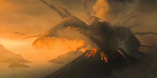 """Rodan po raz pierwszy pojawił się w filmie """"Rodan – ptak śmierci"""" z 1956 roku. Przedstawiono go wówczas jako ocalałego z czasów prehistorycznych pterozaura, który urósł do takich rozmiarów pod wpływem promieniowania. W tamtej produkcji odkryto także drugiego Rodana; gdy oba zaatakowały Japonię, ostatecznie zwabiono je do wulkanu Aso, aby zabić je jego kontrolowanym wybuchem. W najnowszym filmie Rodan odradza się z kolei właśnie wychodząc z wulkanu i drzemiącej w nim lawy."""