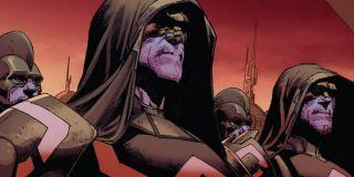 """Fury w rozmowie z Parkerem, Mysterio i Marią Hill mówi o """"uśpionych komórkach Kree"""". Niektórzy komentatorzy biorą to za nawiązanie do komiksowej serii Tajne Wojny, w której Skrulle podszywali się pod wielu ziemskich herosów. Nie możemy wykluczyć, że MCU koniec końców sięgnie po tę historię, jednak to Kree będą pełnić w niej rolę złoczyńców."""