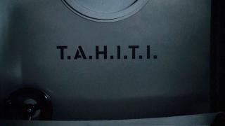 Nick Fury w kosmosie stara się udawać, że przebywa na wakacjach. Niektórzy komentatorzy biorą tę scenę za odwołanie do serialu Agenci T.A.R.C.Z.Y., w którym w pierwszych sezonach często wspominano o Tahiti jako miejscu wakacyjnego urlopu. Przypomnijmy, że T.A.H.I.T.I. to także kodowa nazwa projektu, dzięki któremu Phil Coulson powrócił do świata żywych.