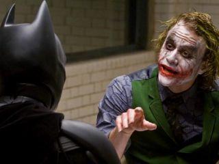 """Jeden z billboardów reklamujących okoliczne kina porno zawiera napis """"ace in the hole"""" (ang. as w rękawie) – w """"Mrocznym Rycerzu"""" Joker określa tym mianem Harveya Denta."""
