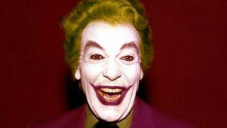 Strój, który Joker zakłada przed występem telewizyjnym, przywodzi na myśl garnitur Księcia Zbrodni w wersji Cesara Romero z lat 60.