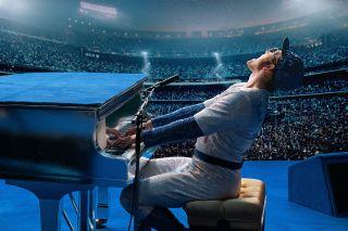 """Unoszący się nad fortepianem Elton John w """"Rocketman"""""""