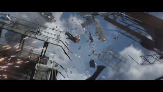 """Kolejne ujęcia pokazują nam widoczną już wcześniej sekwencję zniszczenia bazy Czerwonego Pokoju przez lawinę śnieżną. Zwróćmy uwagę, że Natasza wyskakuje z helikoptera i leci w ramach swobodnego spadania, co może przywodzić na myśl lot Pajączka z filmu """"Spider-Man: Daleko od domu""""."""
