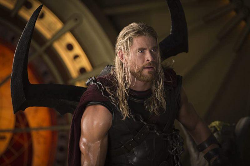 Thor: Love and Thunder - ulepszone logo filmu na czapce członka ekipy