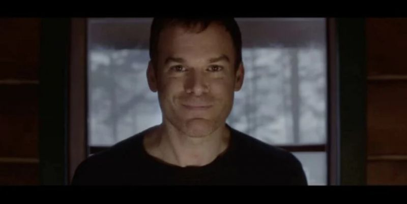 Dexter - tytułowy bohater uśmiecha się na nowym wideo promującym 9. sezon