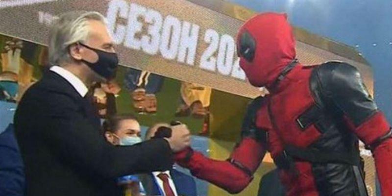 Piłkarz w stroju Deadpoola. To wideo jest hitem