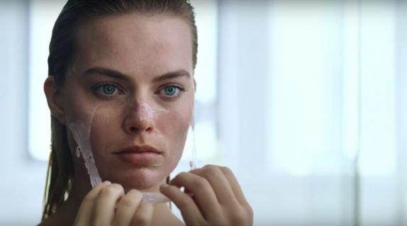 Margot Robbie parodiuje słynną scenę z American Psycho