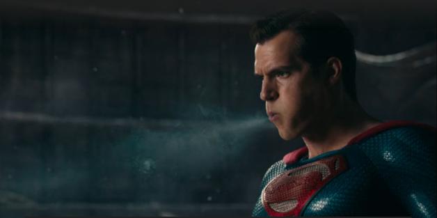 Liga Sprawiedliwości - Superman w czerni promuje Snyder Cut na t-shircie. Dlaczego Cyborg w filmie nie mówi słynnego tekstu?