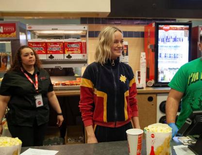 Kapitan Marvel – Brie Larson sprzedaje popcorn w kinie. Finałowa walka miała być inna