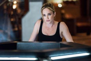 Arrow - Malcolm Merlyn wraca do serialu. Tak trenuje Caity Lotz