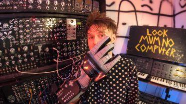 Zmodyfikowana NES Power Glove posłużyła do kontroli syntezatora
