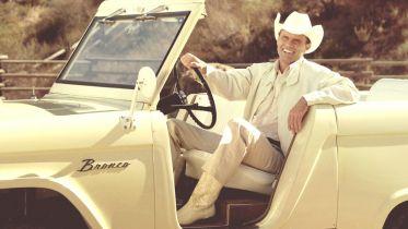 John Bronco - Walton Goggins sprzedawcą samochodów Forda. Zwiastun mockumentu