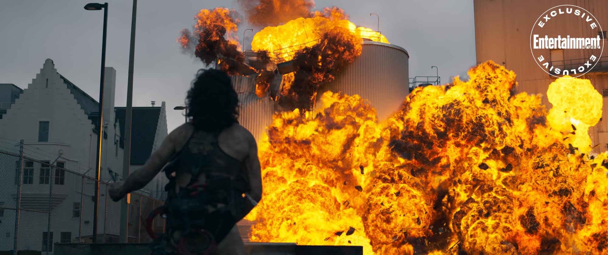 Bastion - Ezra Miller jako Śmieciarz